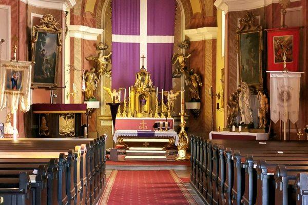 Kecskédi Szent Anna-plébániatemplom a böjti lepellel.